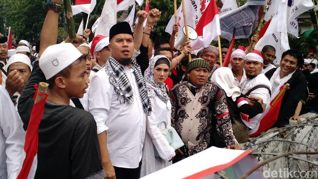 Ikut Demo 4 November, Mulan Jameela Stylish Pakai Tas Prada Rp 19 Juta