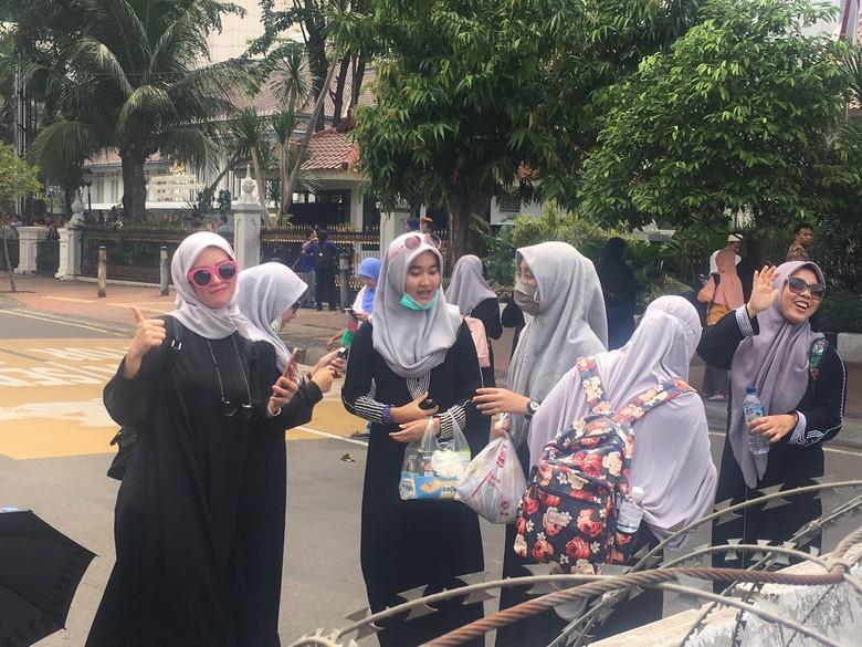 Di Tengah Massa Demo, Para Wanita Berhijab Ini Selfie di Depan Polisi