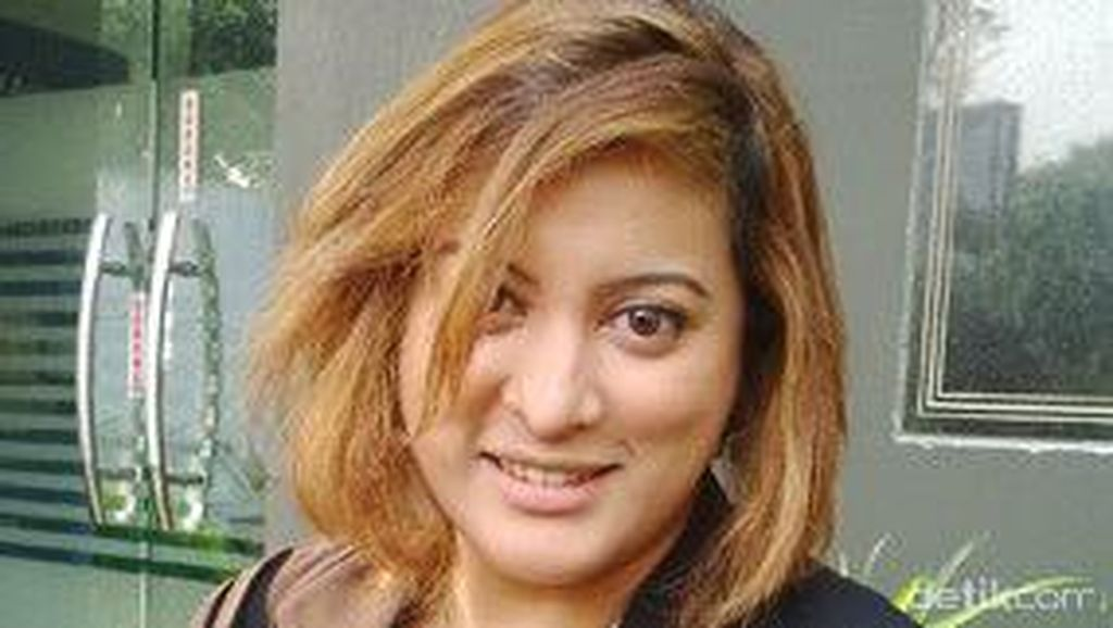 Gaya OK OCE Jane Shalimar Saat Foto Bareng Warga di TPS FPI