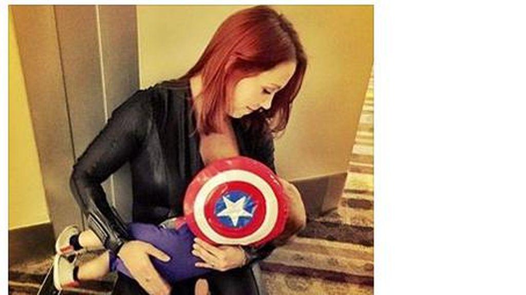 Ketika Perisai Captain America Jadi Penutup Payudara Ibu Saat Susui Bayinya