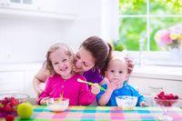 Ajarkan kebiasaan makan sehat untuk anak.