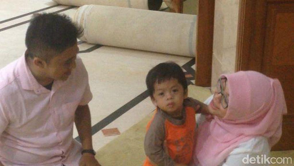 Upaya Orang Tua Obati Kondisi Langka Putranya: Pijat Hingga Mandi Susu Kambing