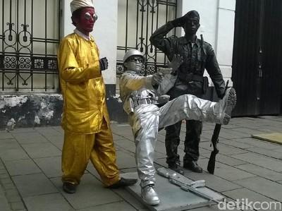 Orang-orang Ini Diam Membatu di Kota Tua Jakarta