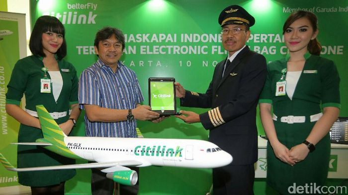 CEO Citilink Indonesia Albert Burhan serahkan EFB (Electronic Flight Bag) kepada Captain Pilot Fattahullah, Vice President Flight Operation di Jakarta, Kamis (11/10/2016).