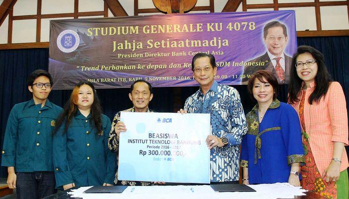Presiden Direktur BCA Jahja Setiaatmadja menyerahkan secara simbolis beasiswa kepada Rektor ITB Kadarsah Suryadi. Penyerahan dilakukan di Aula Barat Kampus ITB, Bandung, Rabu (9/11/2016). Ist/BCA.