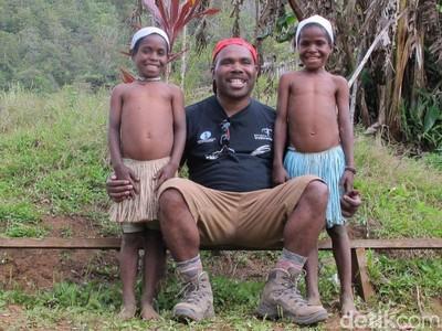 Putra Papua yang Antar Traveler ke Puncak Tertinggi Indonesia