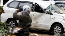 Puluhan Mobil Rusak Tertimpa Pohon di Gedung Panin Bank