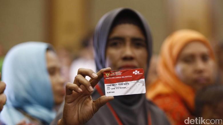 Uang dari Langit - Jakarta Sebanyak keluarga penerima Program Keluarga Harapan menyerbu Kantor Pos Pagar yang menggendong anaknya hingga para lansia ikut