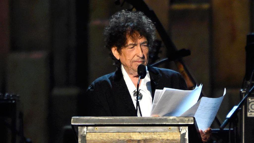 Bob Dylan Bawakan Learning to Fly untuk Tom Petty