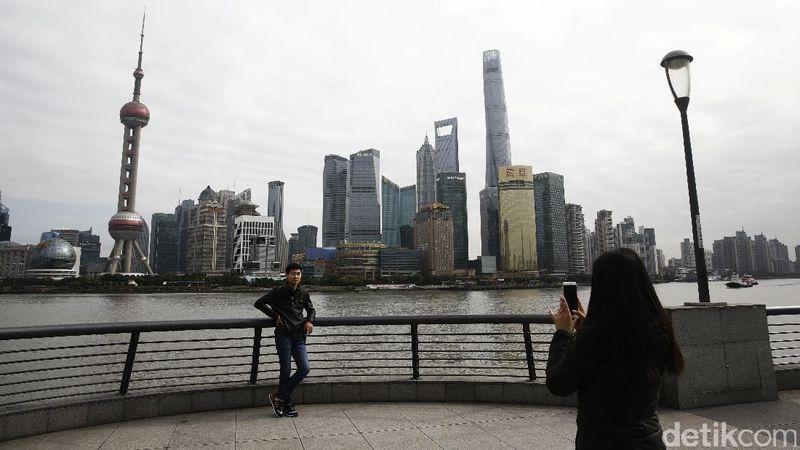 detikTravel mendapat kesempatan untuk berkunjung ke sana dan melihat banyak wisatawan berfoto di The Bund, Jalan Zhongshan Shanghai, Tiongkok, Rabu (16/11/2016). The Bund menjadi salah satu lokasi favorit wisatawan (Agung Pambudhy)