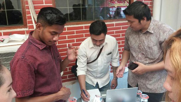 Galang Dana Kampanye, Relawan Jual Tiket Nonton Film Bareng Ahok