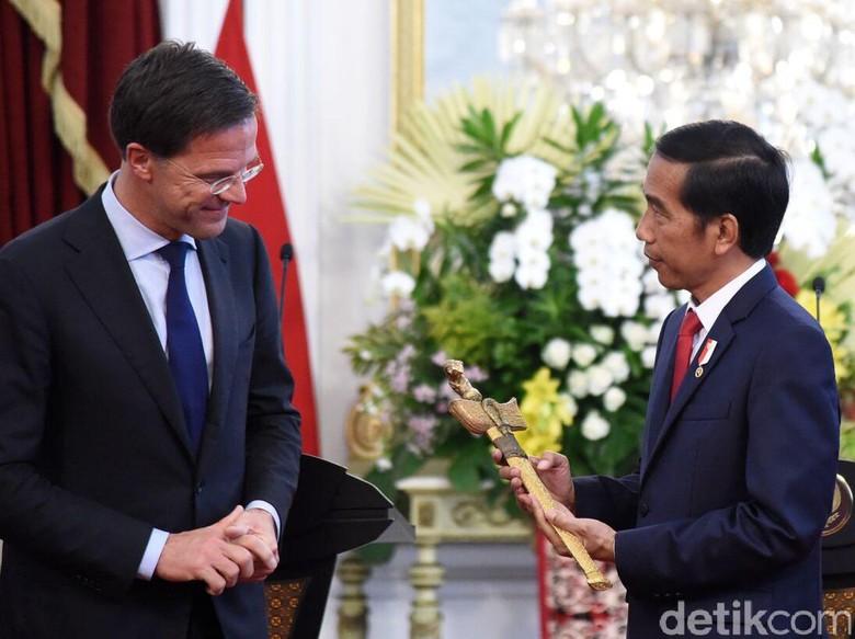 Beri Keris ke Jokowi, PM Rutte: 1.500 Artefak Akan Dikembalikan ke RI