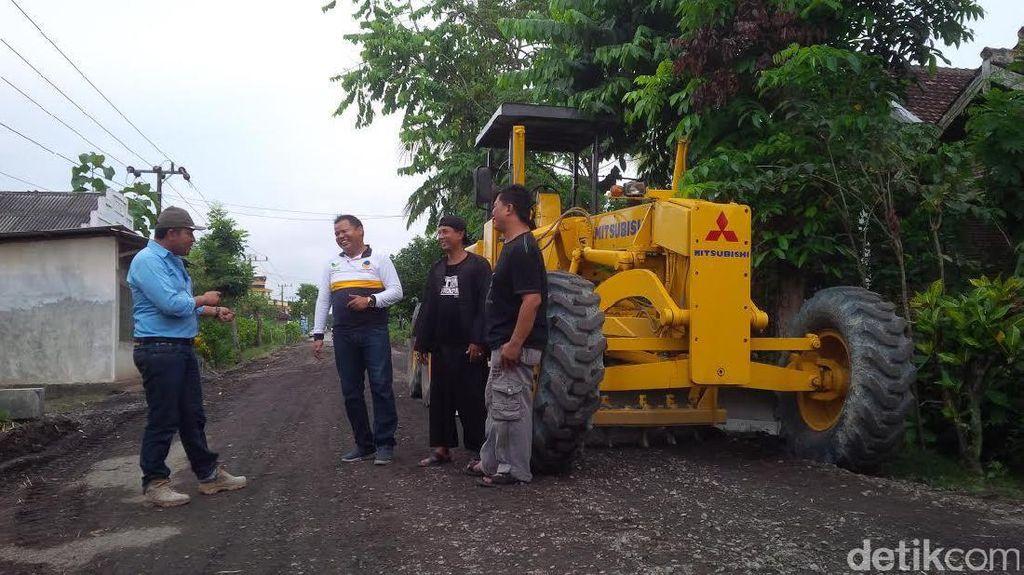 Ada Padat Karya Cash Jokowi, Bangun Jalan Desa Pakai Tenaga Lokal