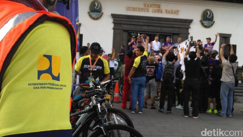 Hari Bakti PUPR, Menteri Basuki Lepas 410 Pesepeda Rute Bandung-Jakarta