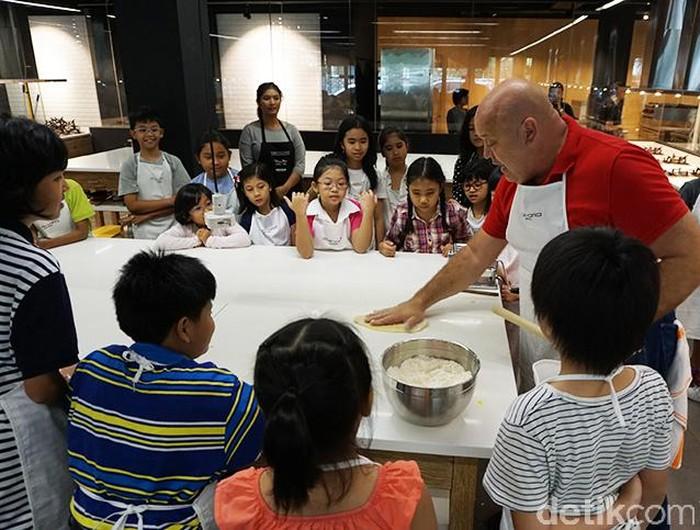 Pada Sabtu (26/11), Detikfood mengadakan kids cooking class bersama chef Gino Campagna dari Italia. Sebanyak 60 anak usia 6-12 tahun yang dibagi dalam dua sesi (09.00-12.00 dan 13.00-16.00), belajar langsung cara bikin pasta segar.