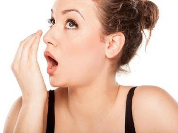 Hubungan tidak makan dengan bau mulut bisa dibayangkan ketika kamu berpuasa. Berkurangnya air liur karena tidak adanya makanan yang dikunyah di mulut membuat mulut kering dan memicu pertumbuhan bakteri penyebab bau mulut. (Foto: Getty Images)
