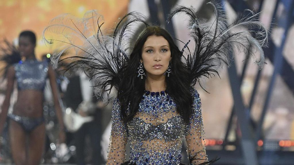 Bella Hadid Kalahkan Sang Kakak Jadi Model of The Year 2016