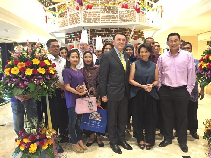 Pada 1 Desember lalu, Signature Christmas Log resmi diluncurkan di Hotel Borobudur. Patrick Beck selaku General Manager Hotel Borobudur mengaku senang menjadikan Indy Barends sebagai ikon Christmas Log.