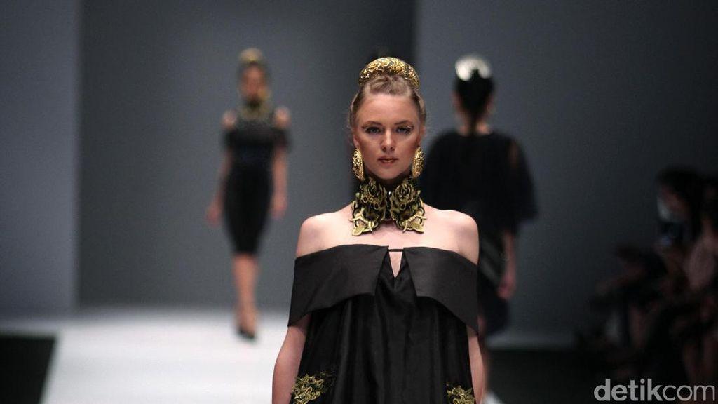 Foto: Koleksi Ivan Gunawan di Jakarta Fashion Week 2017
