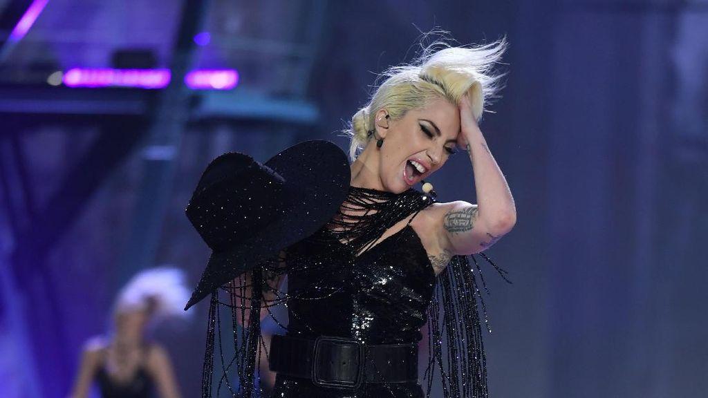 Anti-mainstream! Gaya Lady Gaga Hiking dengan Heels 10 CM & Gaun Malam