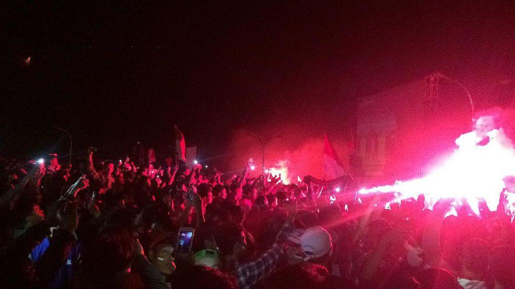 Pesta Flare Ramaikan Perayaan Kemenangan Indonesia 2-1 atas Vietnam