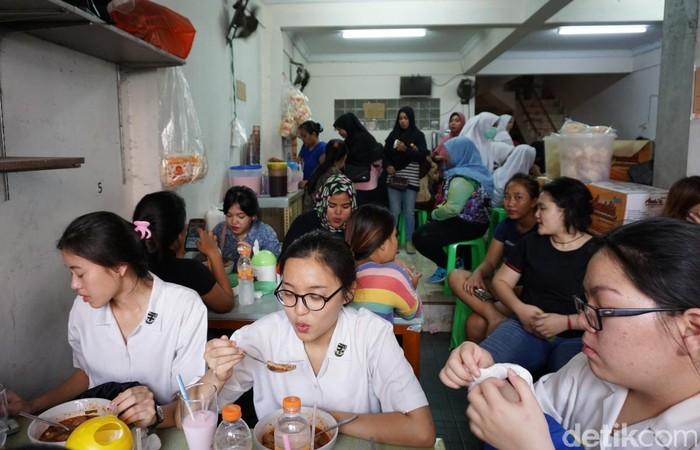 Seblak Jeletet Murni yang berada di Jalan Pademangan IV Gg. 4 No. 5 ini selalu ramai dipadati para pecinta makanan pedas.