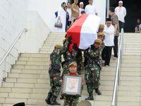 Dianggap Pahlwan, Peti Jenazah Mar'ie Muhammad Diselimuti Bendera Merah Putih