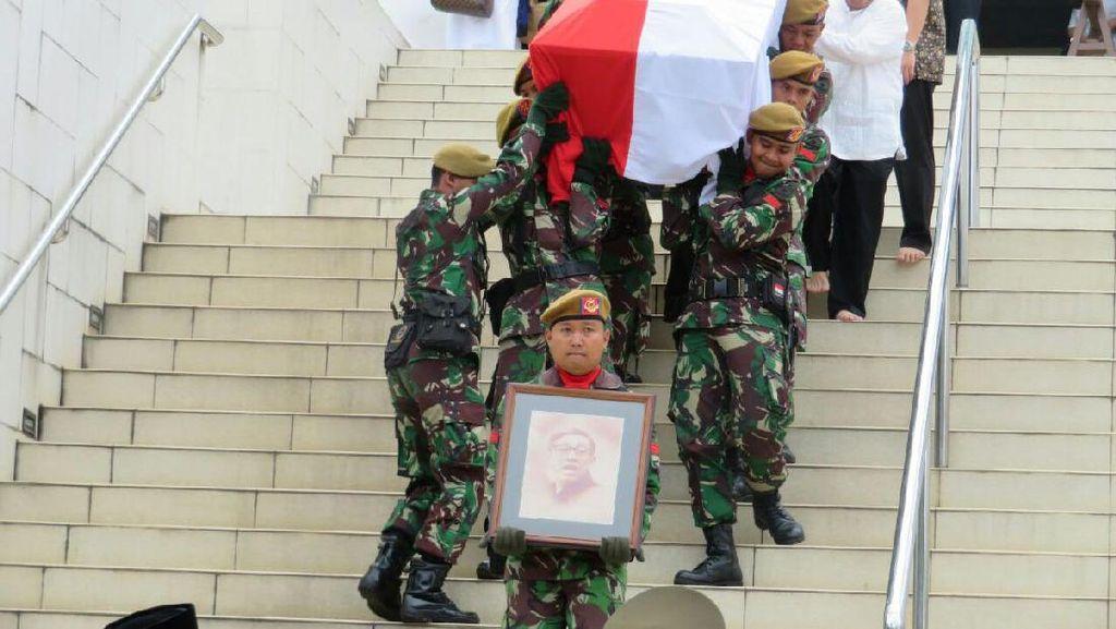 Mr Clean Marie Muhammad Dimakamkan Secara Militer