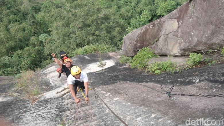 Traveler mencoba menaklukkan Via Ferrata Gunung Parang di Purwakarta (Tri Ispranoto/detikTravel)