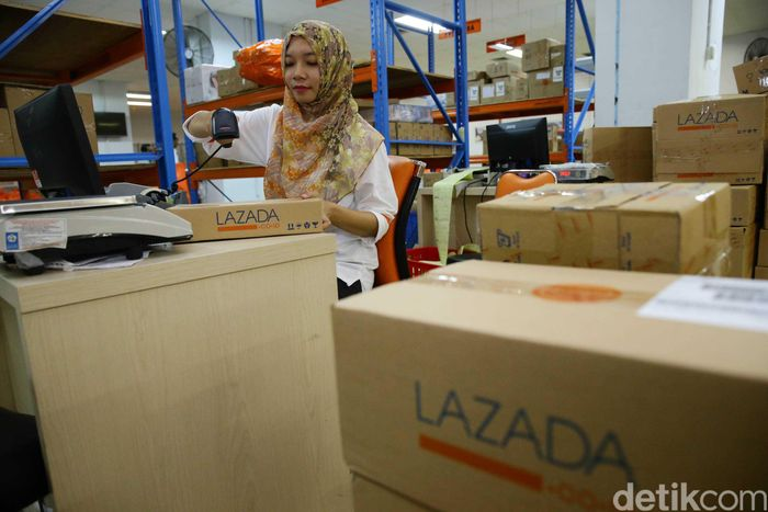 Petugas melakukan proses pendataan barang e-Commerce milik online shop Lazada di Kantor Pos Jakarta, Rabu (21/12/2016).