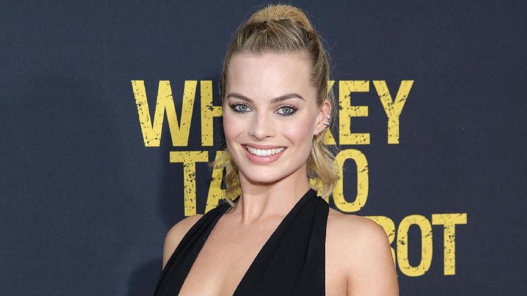 Margot Robbie Oleskan Krim Puting di Bibir Sebagai Pengganti Lip Balm