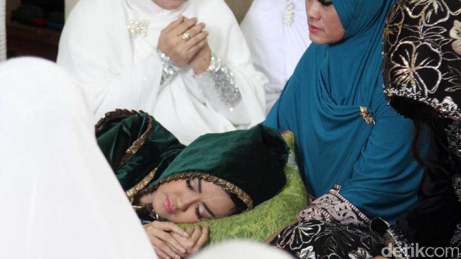 Terbaring Lemas, Julia Perez Menangis Saat Berdoa