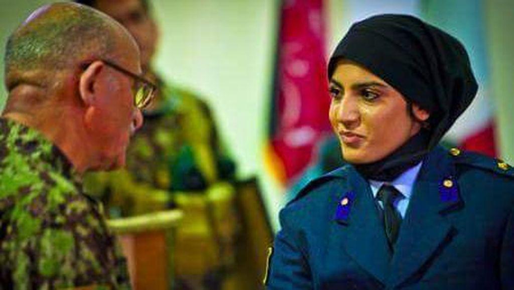 Foto: Cantiknya Pilot Berkerudung Afghanistan yang Kini Jadi Kontroversi