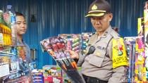 Jelang Tahun Baru, Polisi Sidak Penjualan Petasan di Pasar Asemka