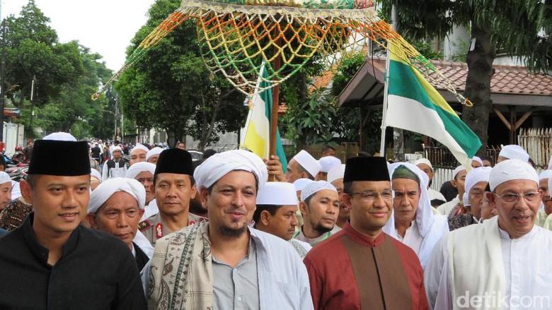 Bertemu di Acara Maulid, Anies Cipika-cipiki dengan Agus Yudhoyono