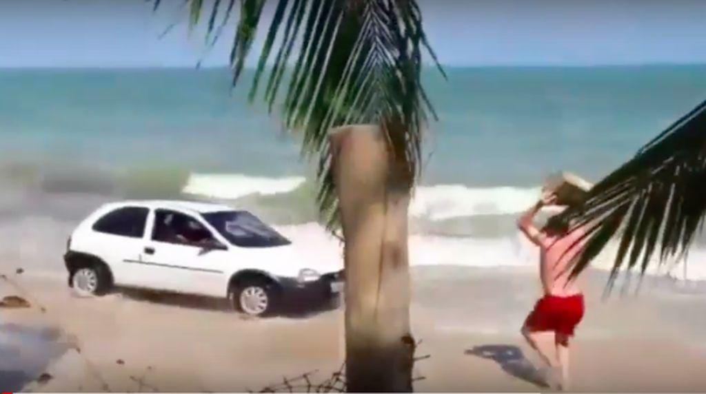 Menyetir Mobil di Pantai, Pasangan Ini Dilempari Balok Kayu