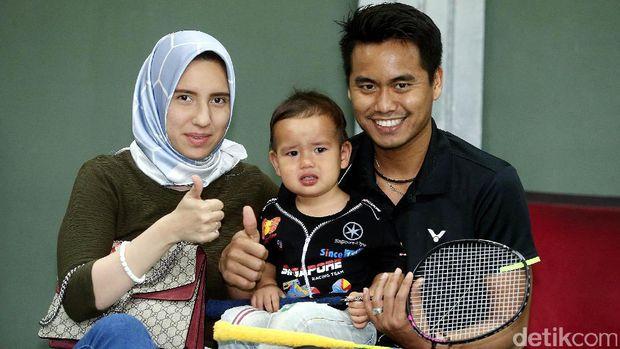 Tontowi Ahmad bersama istri dan putranya.
