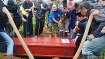 Nia Kurniati Korban Kebakaran KM Zahro Dimakamkan di Lembang
