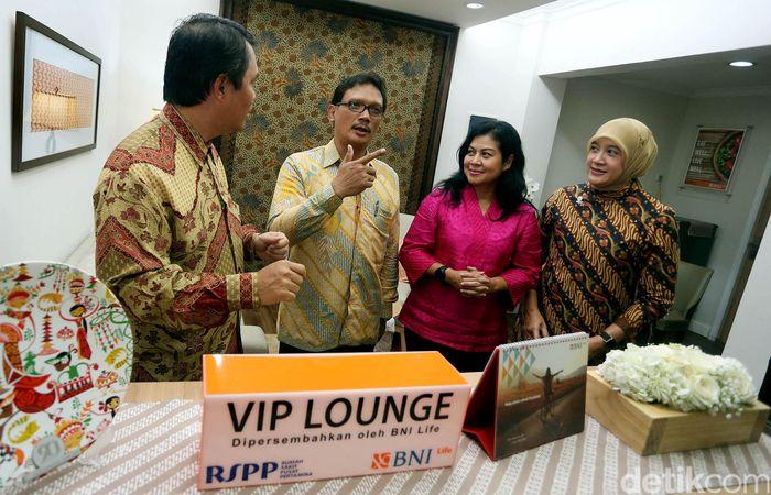 Direktur Utama BNI Life Budi Tampubolon (kiri) didampingi Direktur Intan Abdams Katoppo (dua kanan) dan Head of Claim Santy Dahlan (kanan) berbincang dengan Direktur Rumah Sakit Pusat Pertamina (RSPP) dr. Abdul Harris SpPD (dua kiri) seusai meresmikan VIP Lounge BNI Life di RSPP, Jakarta, Jumat (06/01/2017).