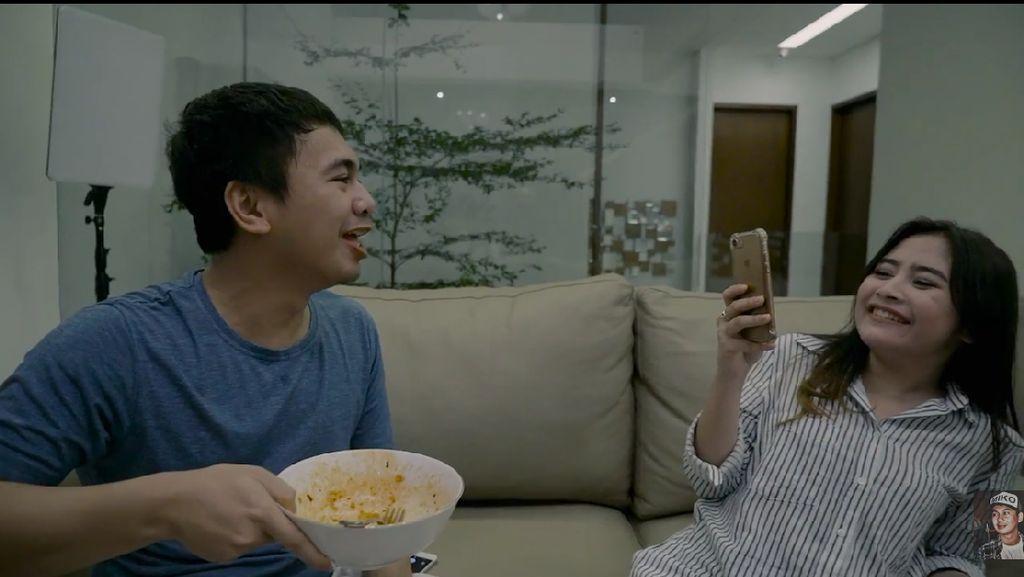 Hangout Raih 2 Juta Penonton, Raditya Dika Penuhi Janji Makan Mie Pedas