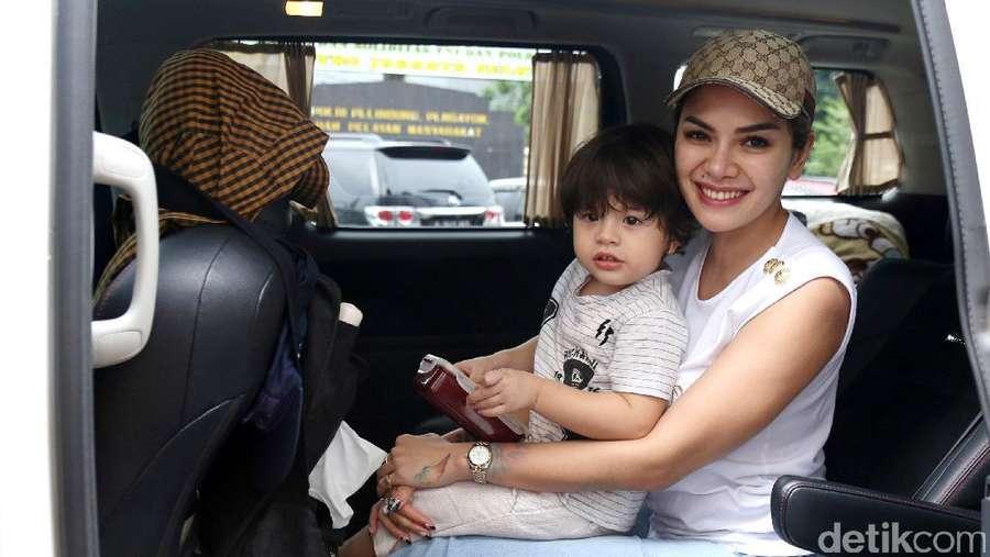 Nikita Mirzani Ajak Buah Hati ke Polres