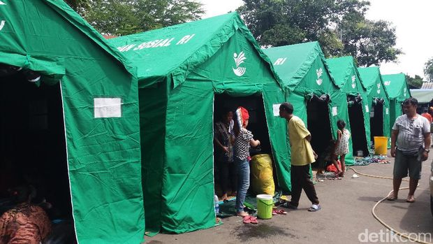 Anak-anak Korban Kebakaran di Pinangsia Bersekolah Tanpa Sepatu