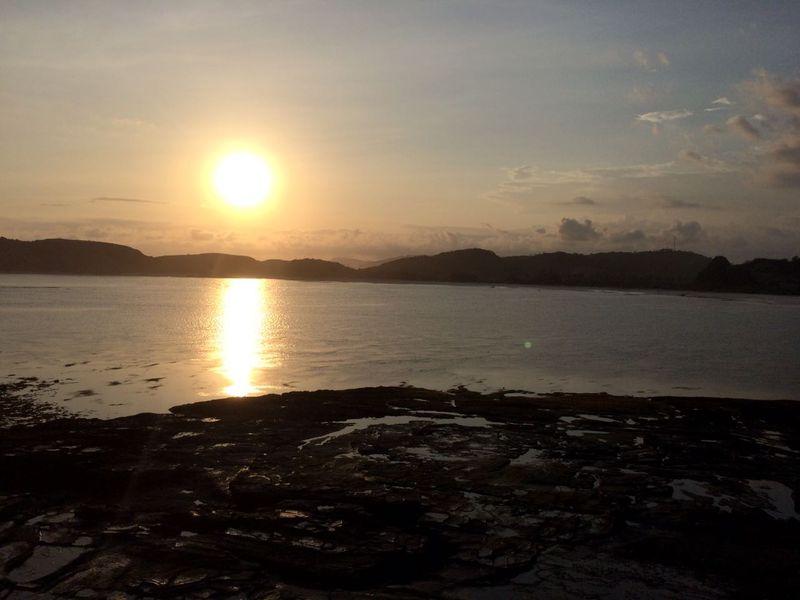 PantaiTanjungAan terletak di Lombok Tengah,NusaTenggara Barat. Keramaian mulai nampak saat matahari mulai meninggi (Foto: Ahmad Masaul Khoiri)