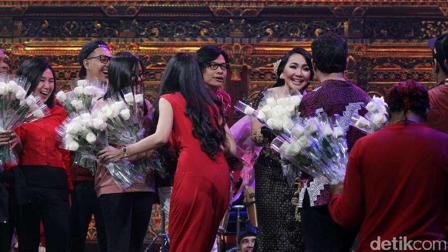 Lovely Moment! Kado Indah Armand Maulana untuk Dewi Gita