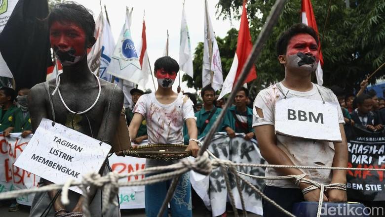 Mahasiswa Demo Tolak Kenaikan Harga di Depan Istana
