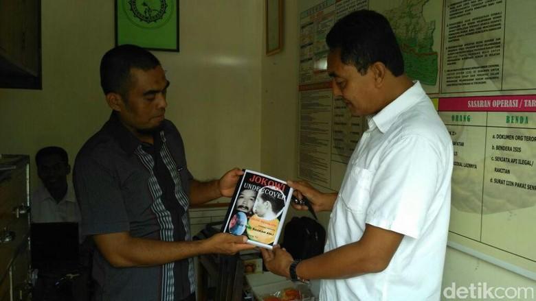 TKI Asal Kebumen Serahkan Buku Jokowi Undercover ke Polisi
