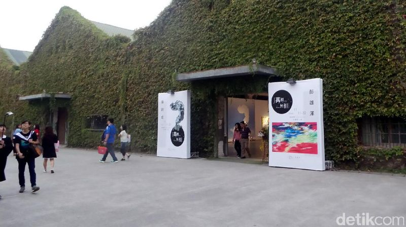Foto: Huashan 1914 Creative Park dulunya adalah sebuah pabrik wine yang 10 tahun terbengkalai. Namun akhirnya direvitalisasi dan menjadi sebuah pusat kreativitas seniman, termasuk ada galeri seni di dalamnya (Wahyu/detikTravel)