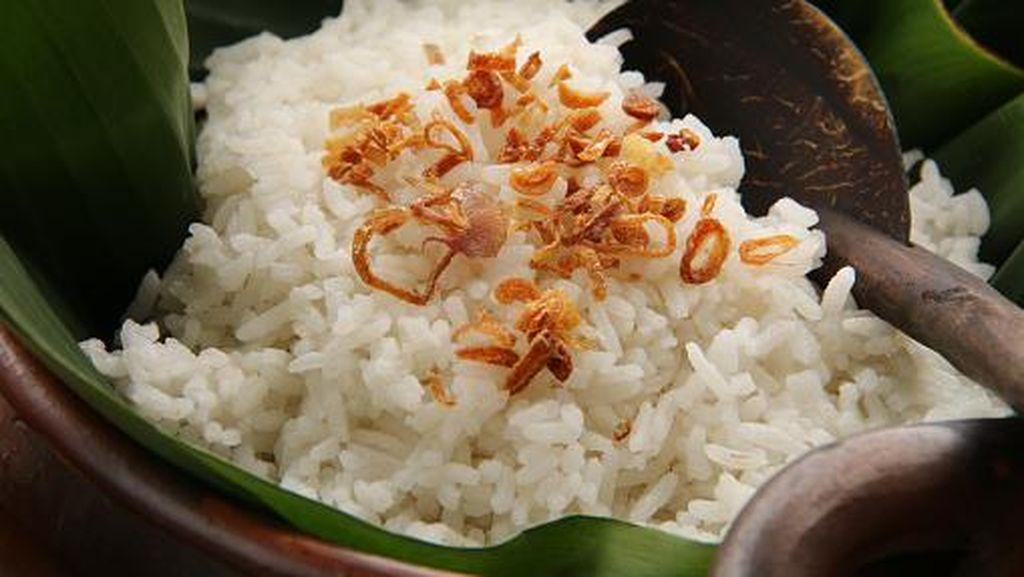 Menyantap Nasi Ulam dan Nasi Uduk Ibu Yoyo yang Legendaris