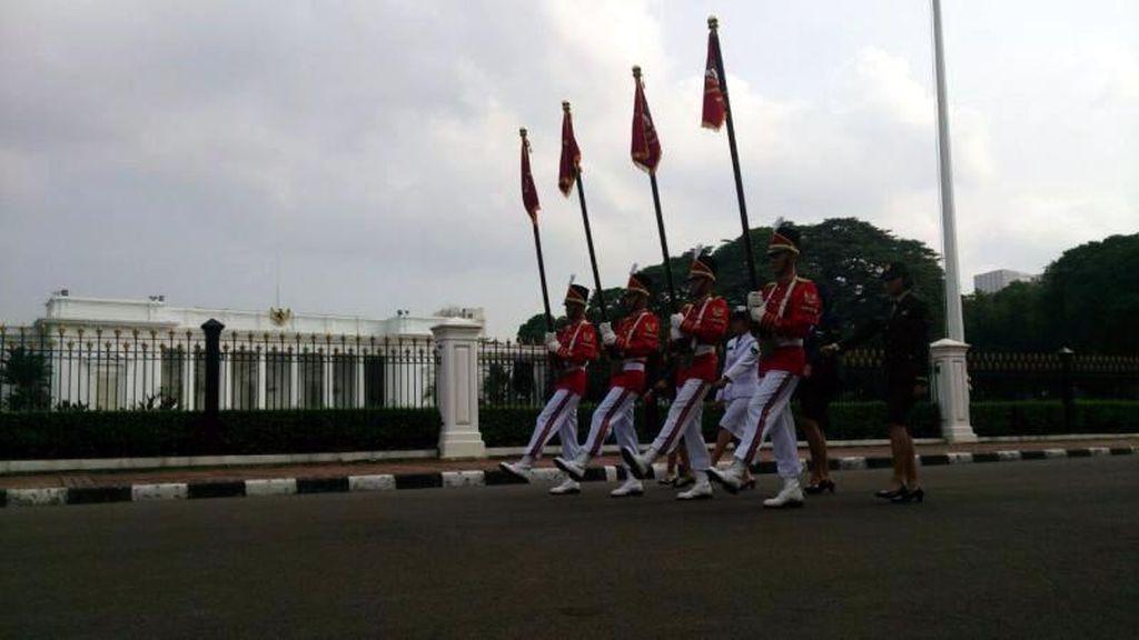 Berakhir Pekan di Jakarta, Asyiknya Nonton Pergantian Paspampres