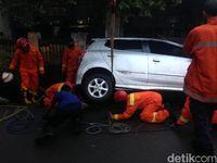 Ada Mobil Terperosok di Cipinang Muara, Akses Sempat Ditutup